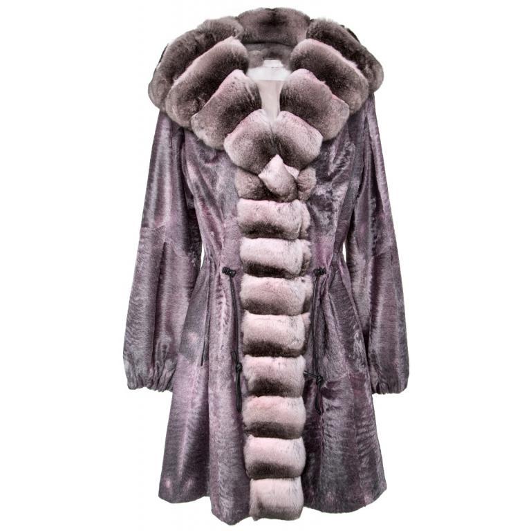 Breitschwanz-Mantel mit Chinchillafell-Details an Kragen und Ärmeln und Kapuze-0